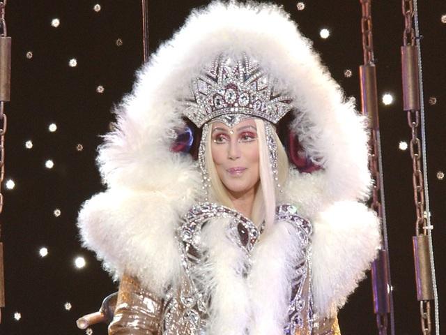 Nữ danh ca Cher vốn nổi tiếng với những mái tóc được hóa trang, tạo hình cầu kỳ trong các tiết mục biểu diễn, vì vậy, giọng ca gạo cội thường yêu cầu có thêm một phòng… thay tóc giả bên cạnh phòng thay đồ.