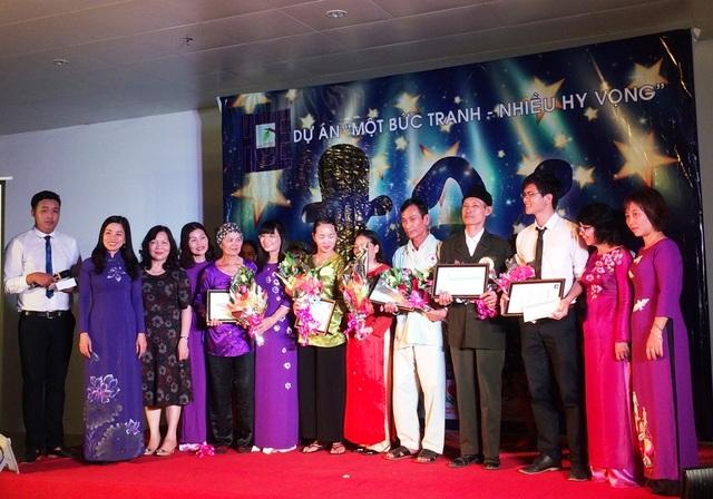 Tặng thưởng cho các thí sinh đoạt giải