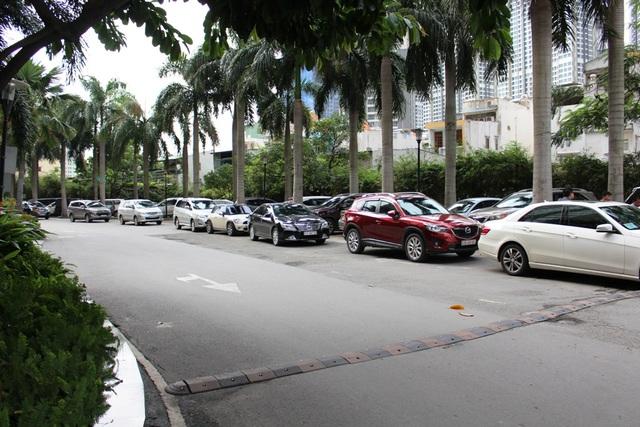 Bãi xe với hàng trăm ôtô đậu tràn trên vỉa hè, lòng đường, tạo nên cảnh tượng hết sức nhếch nhác.