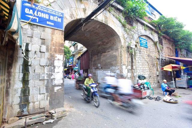 Nhiều người dân sinh sống quanh khu vực bày tỏ sự đồng tình với quyết định đục thông các vòm cầu của thành phố, song cũng cho rằng cần phải chú ý đảm bảo an toàn cho kết cấu công trình đường sắt và an ninh trật tự.