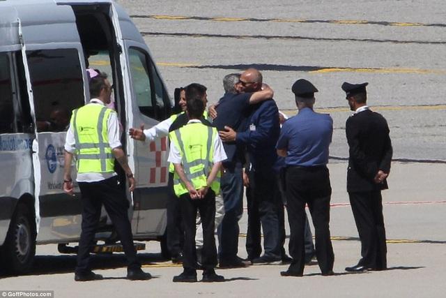 George Clooney cảm ơn những người đã ra sân bay tiếp đón gia đình mình.