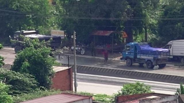 Hàng ngày, có hàng trăm xe tải chở đá có dấu hiệu sai phạm chạy qua đây nhưng chỉ một số ít xe bị cảnh sát giao thông gọi vào.