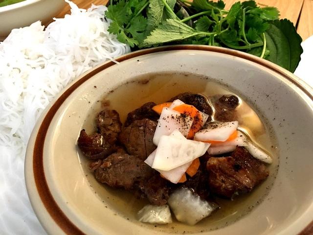 Món bún chả Hà Nội tạo cho thực khách cảm nhận rõ hơn dư vị của thủ đô trong cái không gian ấm cúng của quán.