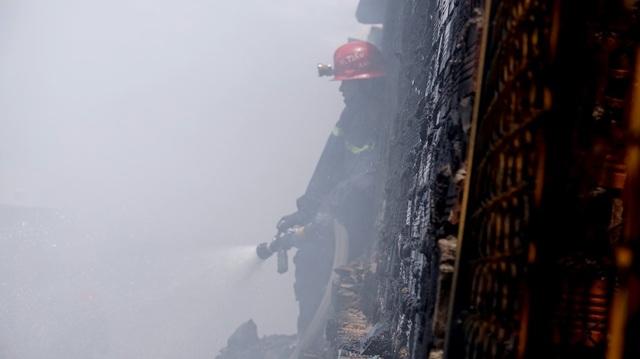 """Ông Võ Văn Hải, nhà bên cạnh nơi xảy ra vụ cháy bị thiệt hại khá nặng. """"Lửa lớn lắm, chỉ biết đứng nhìn rồi cuốn đồ chạy thôi, cũng may xe chữa cháy tới kịp lúc lửa bén đến gần nhà, không là xong nguyên dãy này rồi…"""", ông Hải kể."""