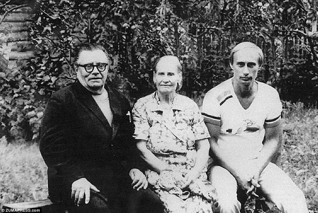 Ông Putin chụp cùng cha mẹ vào năm 1985, trước khi ông được cử tới Tây Đức hoạt động như một đặc vụ với vỏ bọc phiên dịch viên. Ông đã bắt đầu học tiếng Đức từ thời trung học và đã thành thạo khi trưởng thành.