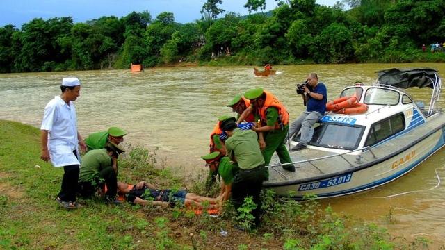 Tiến hành sơ cứu và đưa các nạn nhân đến nơi an toàn