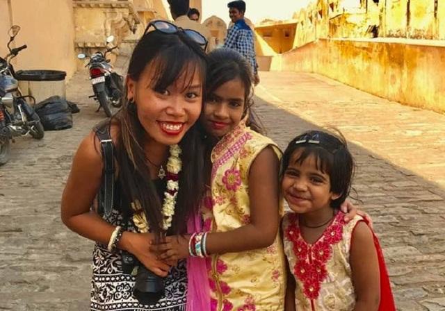 Trần Nguyệt Ánh và những trẻ em bản địa cô gặp được trên đường du lịch