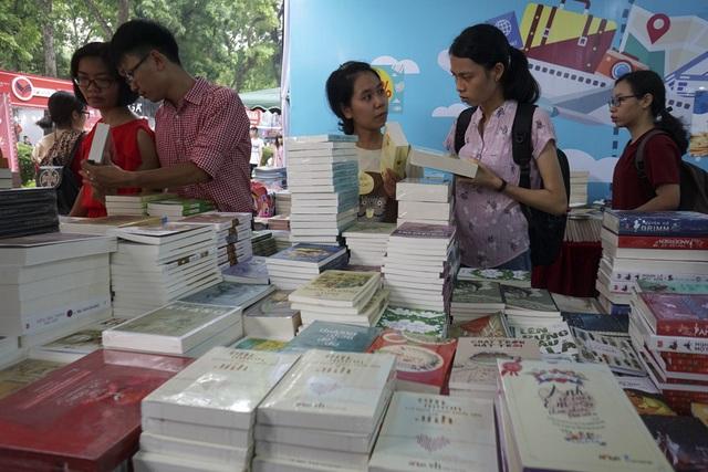 Trong 40.000 tên sách với hàng vạn bản sách các loại, có khoảng trên 7.500 tên sách với khoảng trên 20.000 bản sách ngoại văn của các nhà xuất bản nước ngoài có thương hiệu.