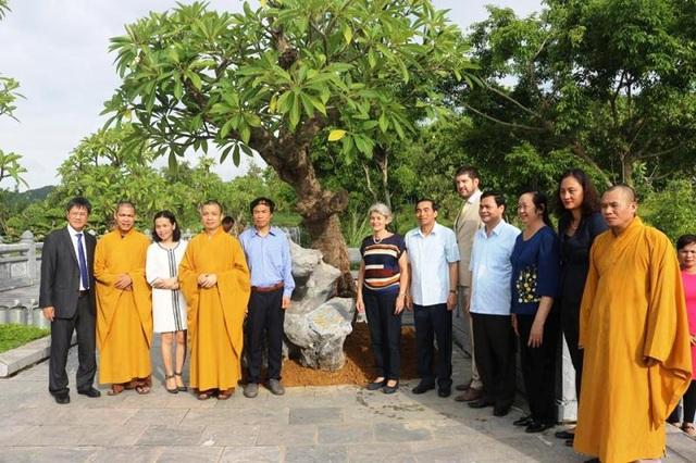 trồng cây lưu niệm tại chùa.