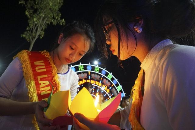 Hàng nghìn ngọn đèn hoa đăng được truyền tay với ý nghĩa tri ân đấng sinh thành.