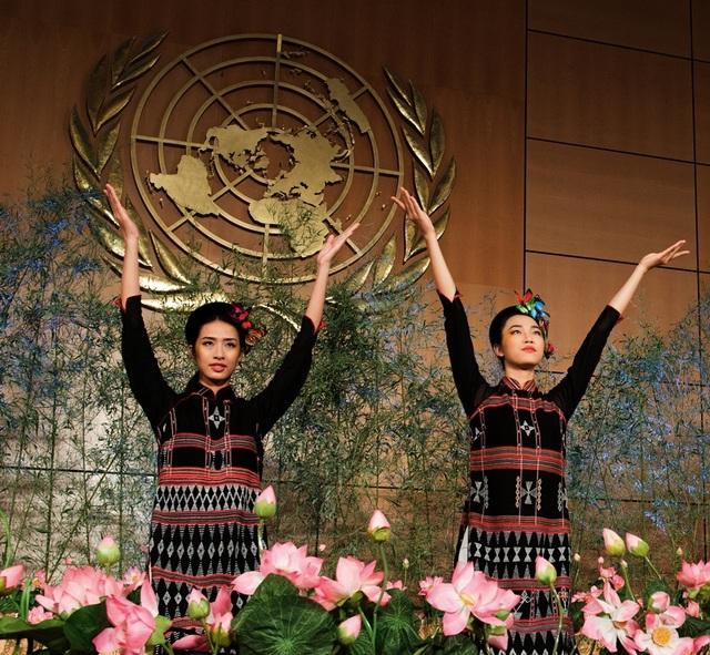 ... Người đẹp nhân ái Thủy Tiên, người mẫu Hải Yến trong chiếc áo dài bằng thổ cẩm Zèng của người Tà ôi, Alưới, Huế.