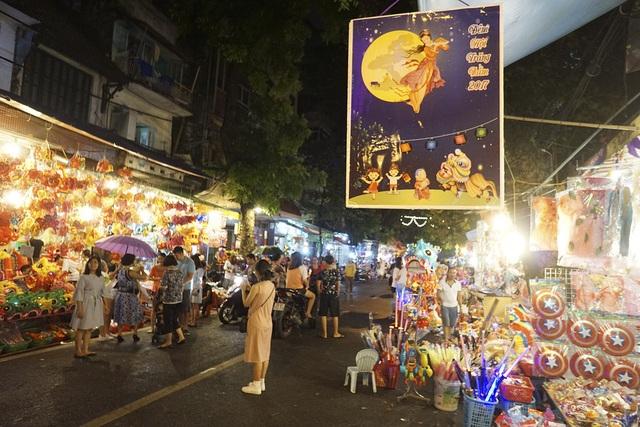 Phố Hàng Mã lung linh đèn điện vào buổi tối những ngày dịp Trung thu.