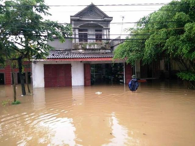 Nước lũ ngập nửa nhà dân ở huyện Gia Viễn.