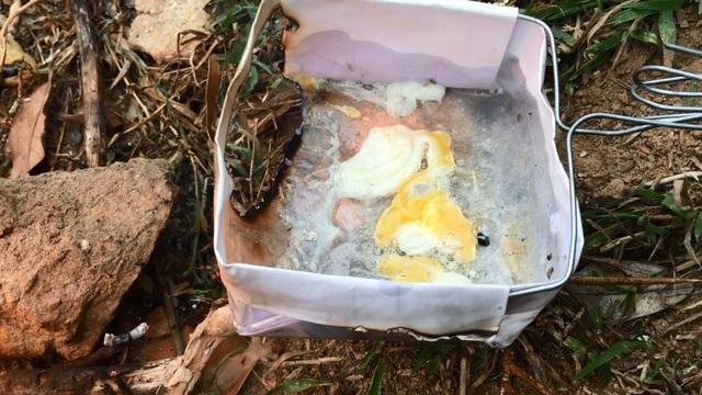 Tiếng xèo xèo của món trứng chiên làm cho mọi người rất thích thú