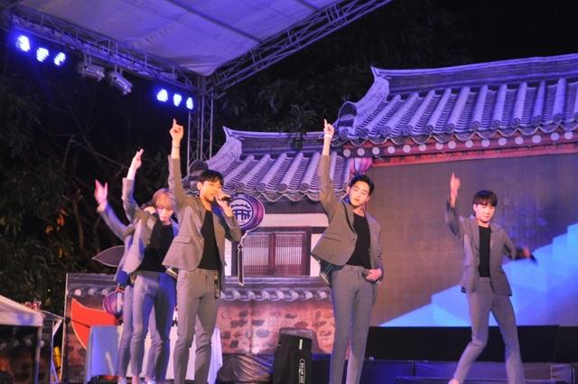 Các nghệ sĩ Kpop Hàn Quốc khuấy động sân khấu biểu diễn
