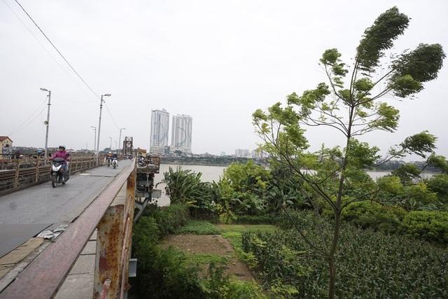 Lạnh nhất là khi phải đi qua cầu, gió sông thổi mạnh, rét buốt.