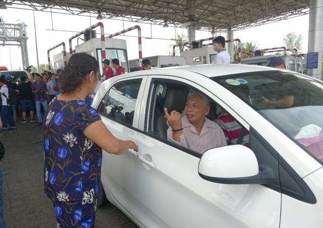 Người phụ nữ này xuống xe phản ứng vì không cho xe bà đi nhanh qua trạm khi trên xe chở 2 người bệnh