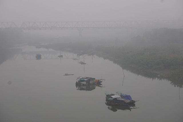 Nhà thuyền ẩn hiện trên khúc sông gần cầu Long Biên.