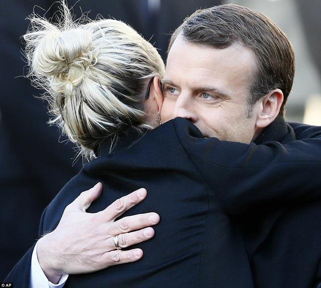 Tổng thống Pháp Macron động viên người vợ của nghệ sĩ quá cố.
