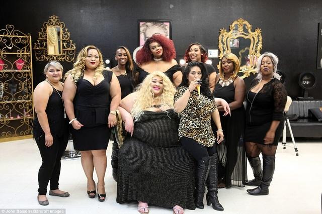 Cô Jamie Lopez (hàng đầu - giữa) đã mở ra một salon tóc chuyên phục vụ cho những phụ nữ béo sau khi bản thân cô gặp phải một sự cố ngại ngùng, khi chiếc ghế mà cô đang ngồi ở một salon tóc đột ngột gãy rụp do không chịu nổi cân nặng của Jamie. Sau sự cố đó, Jamie (31 tuổi) mở salon tóc với những chiếc ghế có thể chịu được sức nặng lên tới… hơn 350kg.
