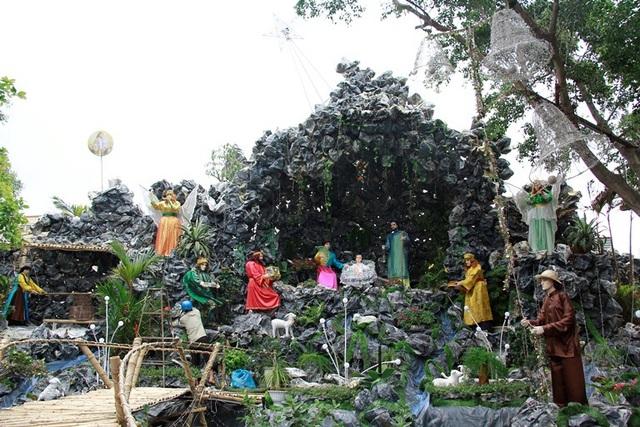 Hang đá tại nhà thờ Duy Linh (đường Xô Viết Nghệ Tĩnh) được xây dựng với hình ảnh đậm chất truyền thống Việt Nam