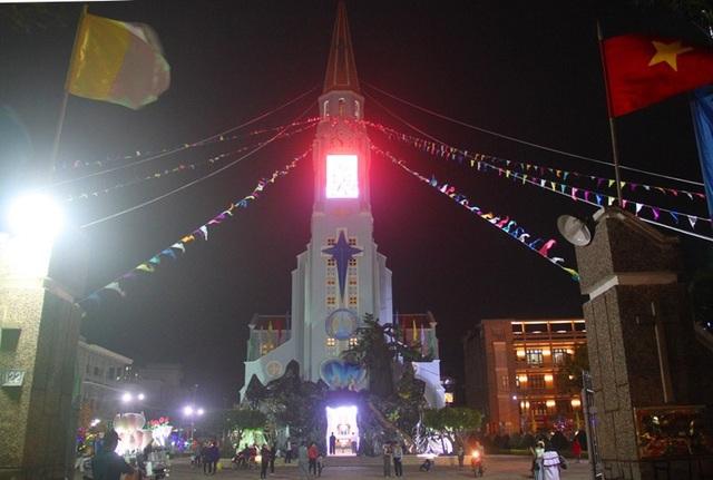 Trong khi đó, Nhà thờ lớn TP Quy Nhơn được trang trí hoành tráng, rất lung linh