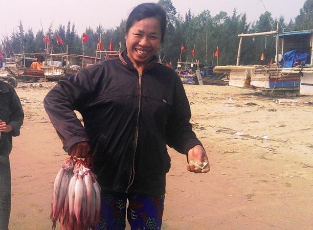 Một ngư dân vui mừng vì được mùa cá khoai