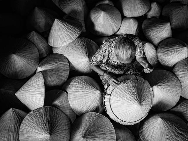 Bức ảnh được chụp trong một hộ đan nón truyền thống ở Đức Hòa, tỉnh Long An, Việt Nam. Đây là một gia đình làm nón truyền thống lâu đời ở Long An, với hơn một trăm năm làm và bán nón. (Click vào đây để xem ảnh kích thước lớn)