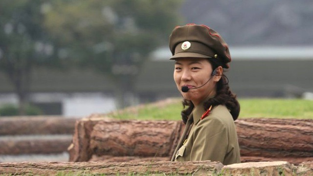 """Các băng-rôn, khẩu hiệu tuyên truyền """"chống Mỹ"""" được giới chức nước này treo tại các địa điểm công cộng. Dù đang trải qua những tháng ngày căng thẳng, nhưng tại đây những nụ cười của người dân Triều Tiên vẫn rạng rỡ và tươi vui."""