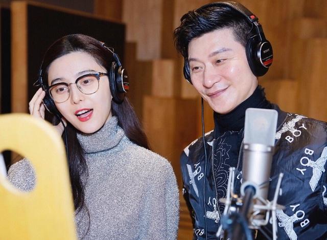 Nữ diễn viên họ Phạm trang điểm rất ít trong buổi ghi âm. Cha ruột của cô thì ăn mặc trẻ trung. Vẻ ngoài của ông khiến nhiều người bất ngờ khi biết ông đã ở tuổi 60.