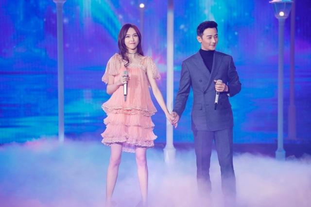 Đường Yên và La Tấn nắm tay nhau trên sân khấu. Hai người trông rất đẹp đôi. Năm ngoái, một nguồn tin cho hay, Đường Yên - La Tấn sẽ tổ chức đám cưới tại nước ngoài trong năm 2017 này.