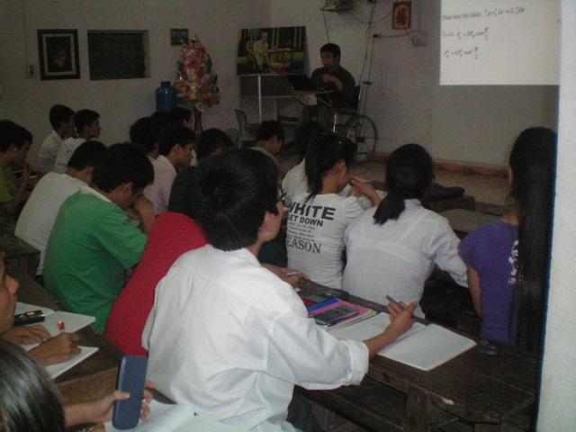 Thầy Lê Hữu Tuấn ngồi xe lăn mang con chữ đến hàng trăm học trò.