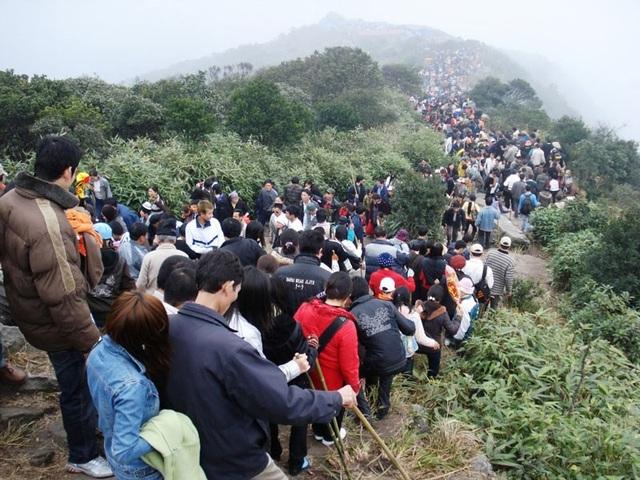 Du khách tham quan danh lam thắng cảnh Khu di tích Yên Tử sẽ phải mua vé (ảnh Internet)
