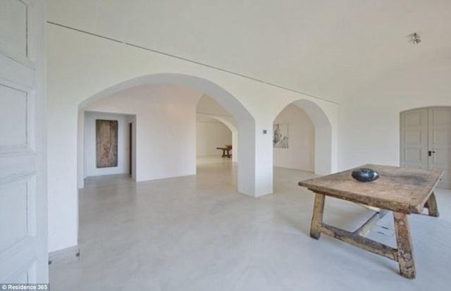 Picasso sống và vẽ trong căn biệt thự này, trong những năm tháng cuối đời, ông muốn sống một cuộc đời tĩnh lặng, ẩn dật.