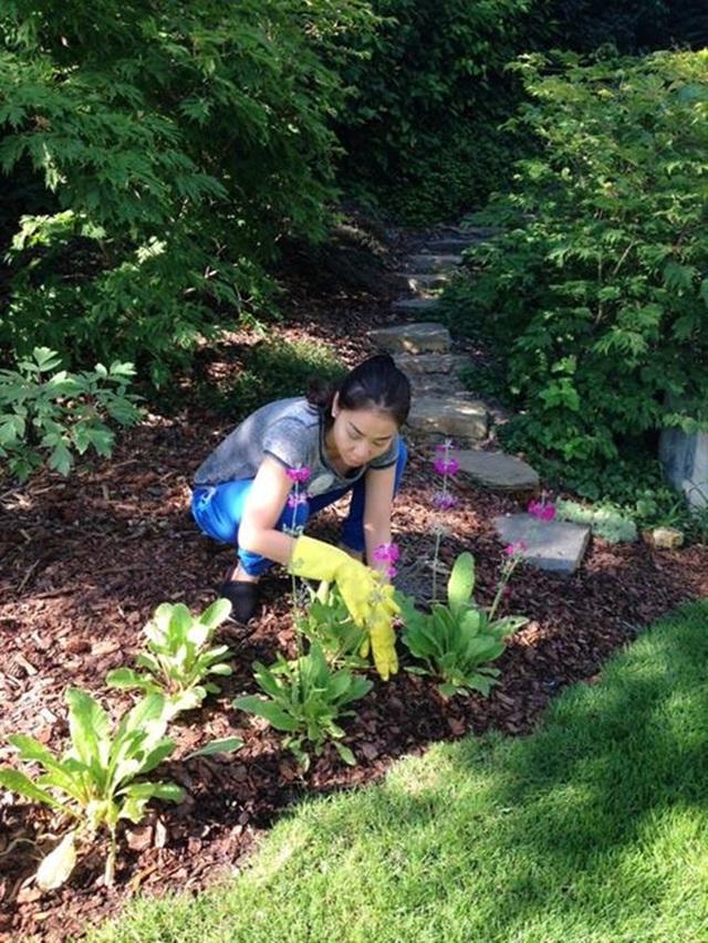 Thu Minh tự tay chăm sóc cho khu vườn của gia đình.