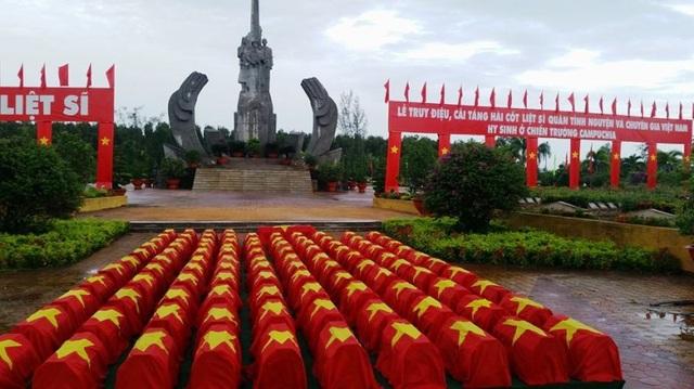 Sáng nay, Tỉnh ủy, UBND tỉnh Đồng Tháp phối hợp với ngành chức năng cải táng 106 bộ hài cốt liệt sĩ, chuyên gia Việt Nam hy sinh qua các thời kỳ ở Campuchia tại nghĩa trang Tam Nông
