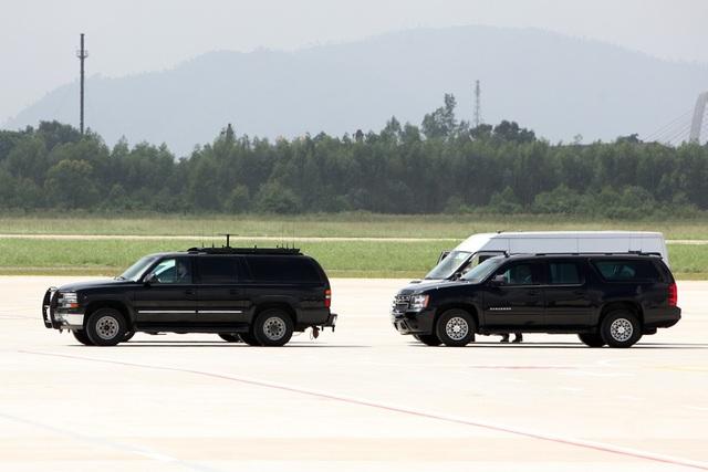 Có hàng chục xe chuyên dụng trong đoàn tháp tùng Tổng thống Mỹ
