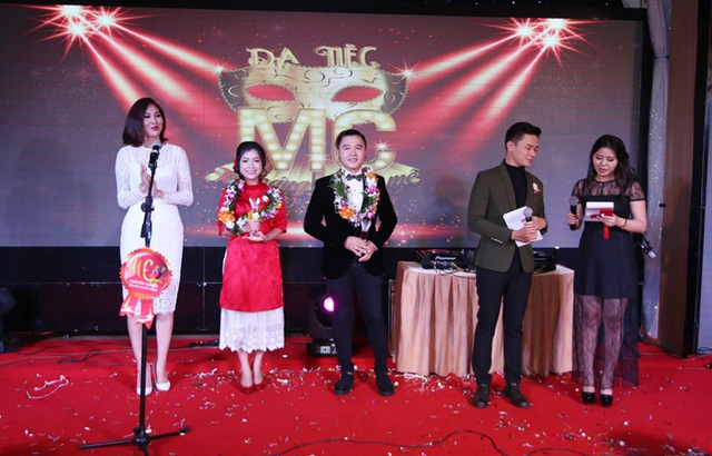 Hoa khôi Diệu Ngọc gác mọi công việc tất bật cuối năm về chung vui và ủng hộ các MC ở quê nhà Đà Nẵng
