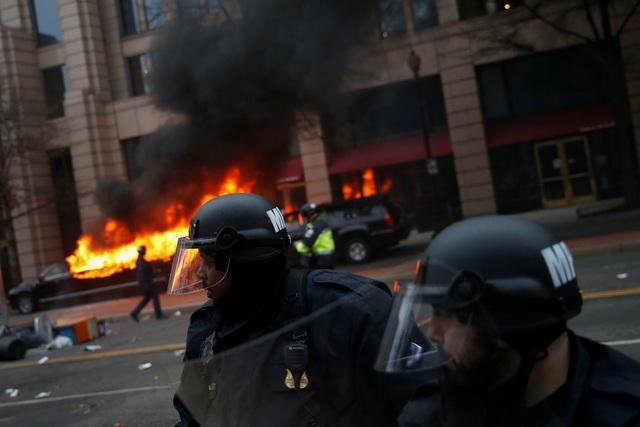 Cánh sát Mỹ bắt hơn 200 người biểu tình phản đối Tổng thống Trump - 4