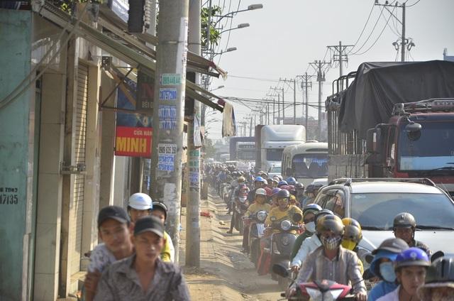 Tình trạng kẹt xe, bụi bặm khiến người dân mệt mỏi