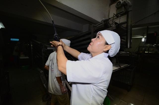 Từng tốt nghiệp ngành điện công nghiệp, chị Bính đã cùng các thợ cơ khí thiết kế dàn máy sản xuất bún thủ công nhằm nâng cao năng suất, hạ giá sản phẩm.