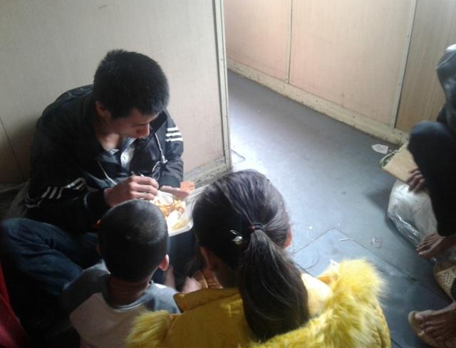 Một gia đình có con nhỏ nhưng phải ngồi hành lang trong chuyến hành trình vào Sài Gòn