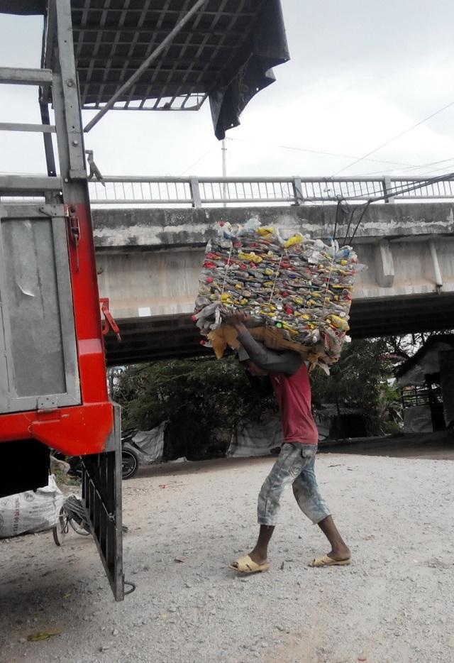 Khi các loại phế liệu được phân loại, các xe tải to đùng đến chở đi lên các thành phố lớn... tiêu thụ