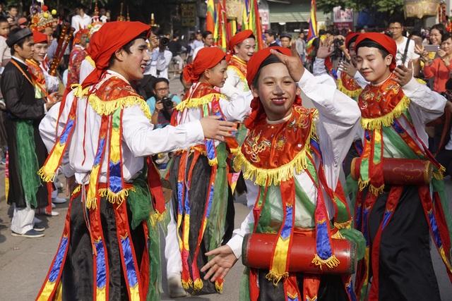 Vũ công trẻ tuổi nhất Cao Nhật Minh, mới 14 tuổi, rất điêu luyện trong các động tác khó của điệu múa, vỗ trống bồng rất có duyên.