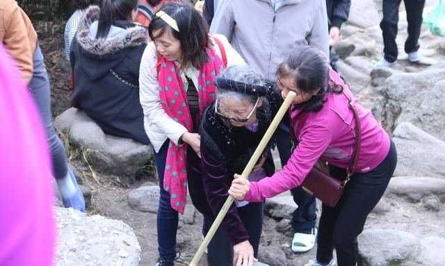 Cụ bà 82 tuổi từ Hạ Long tới Yên Tử (Quảng Ninh) từ 6h30 sáng nay 6/2, đúng ngày khai hội mùng 10 tháng Giêng để thực hiện tâm nguyện đặt chân tới chùa Đồng trên đỉnh núi thiêng, thành tâm bái Phật. Cụ bắt đầu lên núi từ sáng, với sự trợ giúp của các con, cháu.
