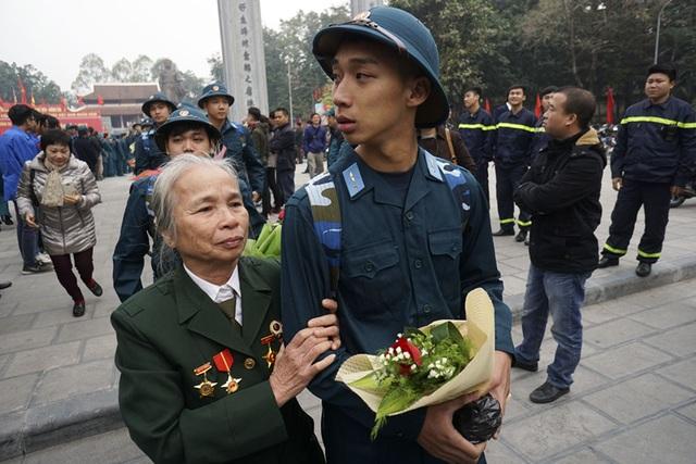 Bà ngoại là cựu chiến binh tiễn cháu lên đường nhập ngũ.