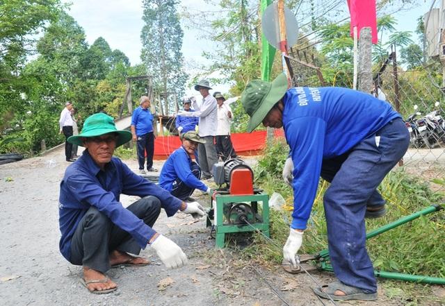 Ngay sau lễ khởi công, các thành viên trong đội xây cầu từ thiện huyện Lai Vung bắt tay vào việc