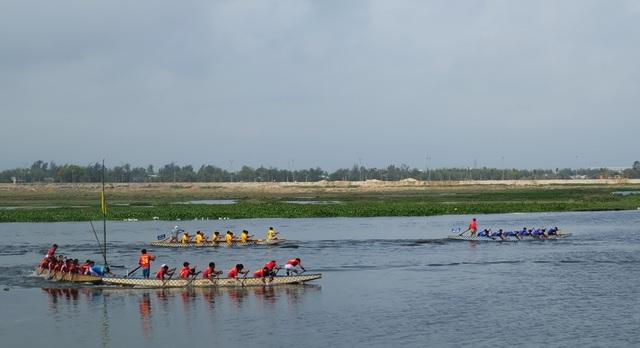Hội đua thuyền là một trong những hoạt động sôi nổi nhất của lễ hội