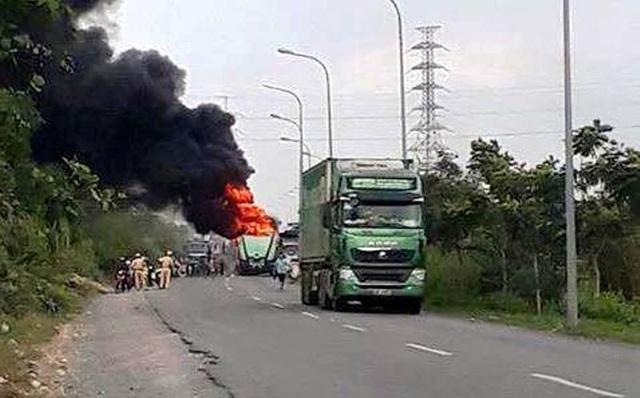 Xe đầu kéo cháy rụi trên đường vành đai Đông Sài Gòn - 1