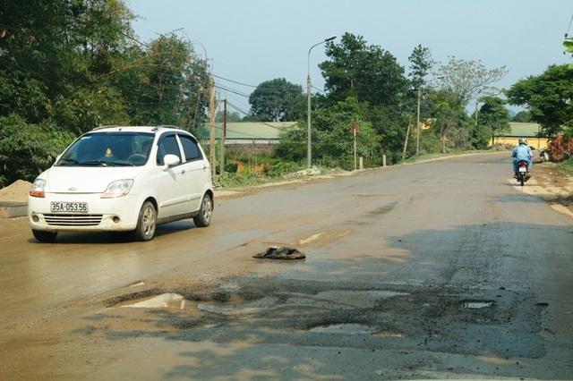 Không chỉ người dân sống 2 bên đường chịu ô nhiễm bụi bẩn mà người và phương tiện tham gia giao thông cũng rất khổ sở khi đi trên con đường đầy những ổ voi ổ gà như thế này.